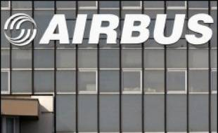 Le candidat de l'UDF à la présidentielle, François Bayrou, et celui de l'UMP, Nicolas Sarkozy, doivent rencontrer lundi à Toulouse des représentants des salariés d'Airbus, tandis que la candidate socialiste, Ségolène Royal, se rend à Berlin où elle abordera le dossier.