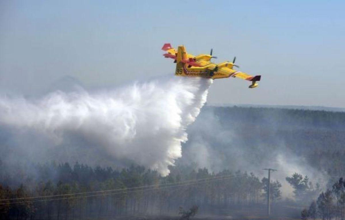 L'incendie qui a détruit depuis jeudi au moins 650 hectares de forêt près de la station balnéaire de Lacanau (Gironde) était circonscrit vendredi en fin de journée, mais les pompiers restaient vigilants face aux risques de reprise liés au vent et à la canicule. – Jean-Pierre Muller afp.com