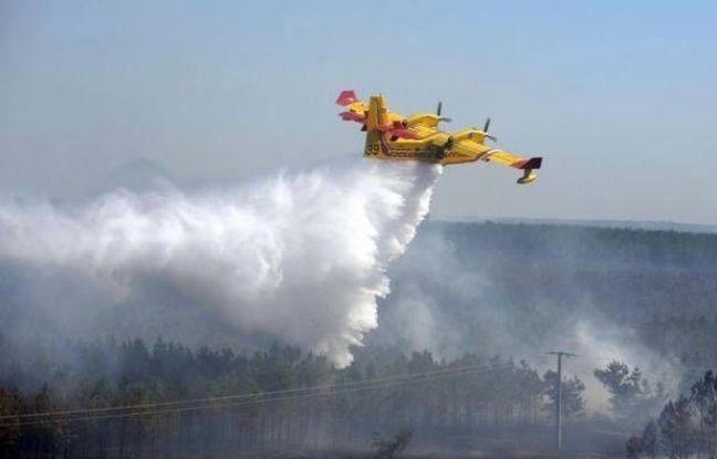 L'incendie qui a détruit depuis jeudi au moins 650 hectares de forêt près de la station balnéaire de Lacanau (Gironde) était circonscrit vendredi en fin de journée, mais les pompiers restaient vigilants face aux risques de reprise liés au vent et à la canicule.