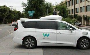 Un taxi autonome bloqué en pleine circulation
