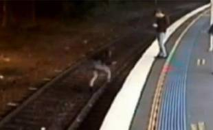 Capture d'écran d'une vidéo 7 News Sydney reprenant des images d'une caméra de vidéosurveillance à la gare australienne de Springwood.