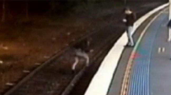 VIDEO. Elle passe sous un train et s'en sort miraculeusement