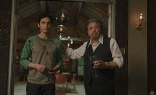 Logan Lerman et Al Pacino dans la série « Hunters ».