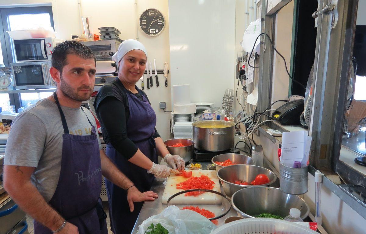 Faaeq et Haasna (de gauche à droite) s'activent dans les cuisines des Cuistots migrateurs. – F. Pouliquen / 20 Minutes