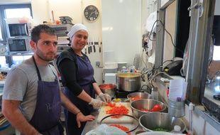 Faaeq et Haasna (de gauche à droite) s'activent dans les cuisines des Cuistots migrateurs.