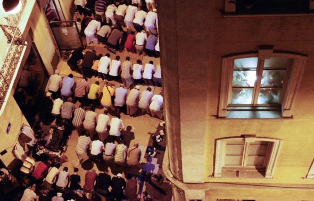 La communauté musulmane de Marseille prie pendant le ramadan. – FOURMY MARIO/SIPA