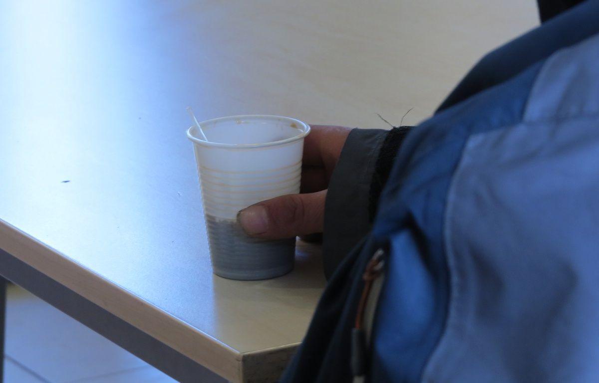 Un SDF prend un café dans  – D.Bancaud/20minutes