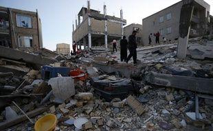 Des habitants et des personnels de secours organisent les recherches à Sarpol-e Zahab dans la province iranienne de Kermanshah