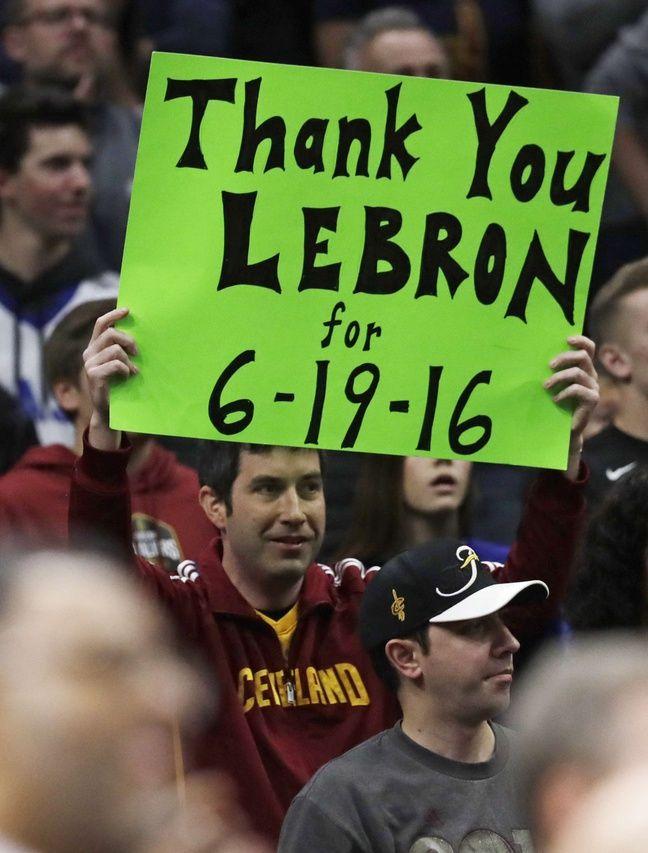 Un fan de Cleveland remercie LeBron pour le titre NBA de 2016.