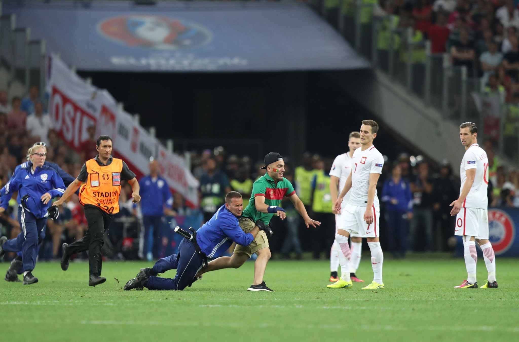 (160701) -- MARSEILLE, July 1, 2016 (Xinhua) -- A fan of Portugal invades the pitch during the Euro 2016 quarterfinal match between Portugal and Poland in Marseille, France, June 30, 2016. (Xinhua/Bai Xuefei)//CHINENOUVELLE_074639/Credit:XINHUA/SIPA/1607010756