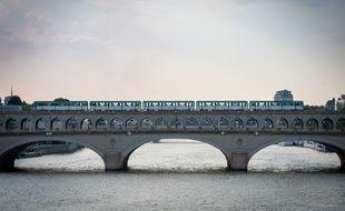 Le 16 juillet 2018, à Paris. Un métro de la ligne 6 circule sur le pont de Bercy, en début de soirée.