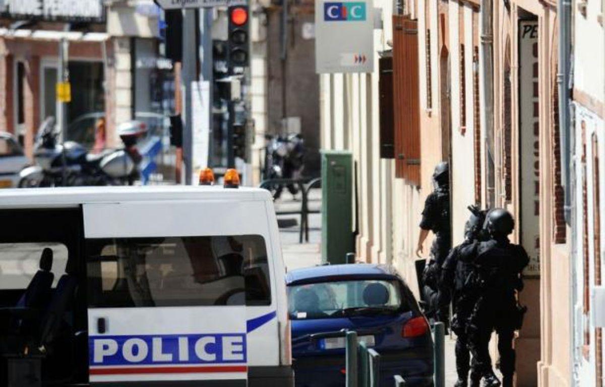 Le jeune homme de 26 ans qui a retenu en otages quatre employés dans une banque de Toulouse mercredi avant d'être neutralisé par des coups de feu de la police semble hors de danger, mais reste très perturbé psychiquement, a indiqué le procureur jeudi. – Remy Gabalda afp.com