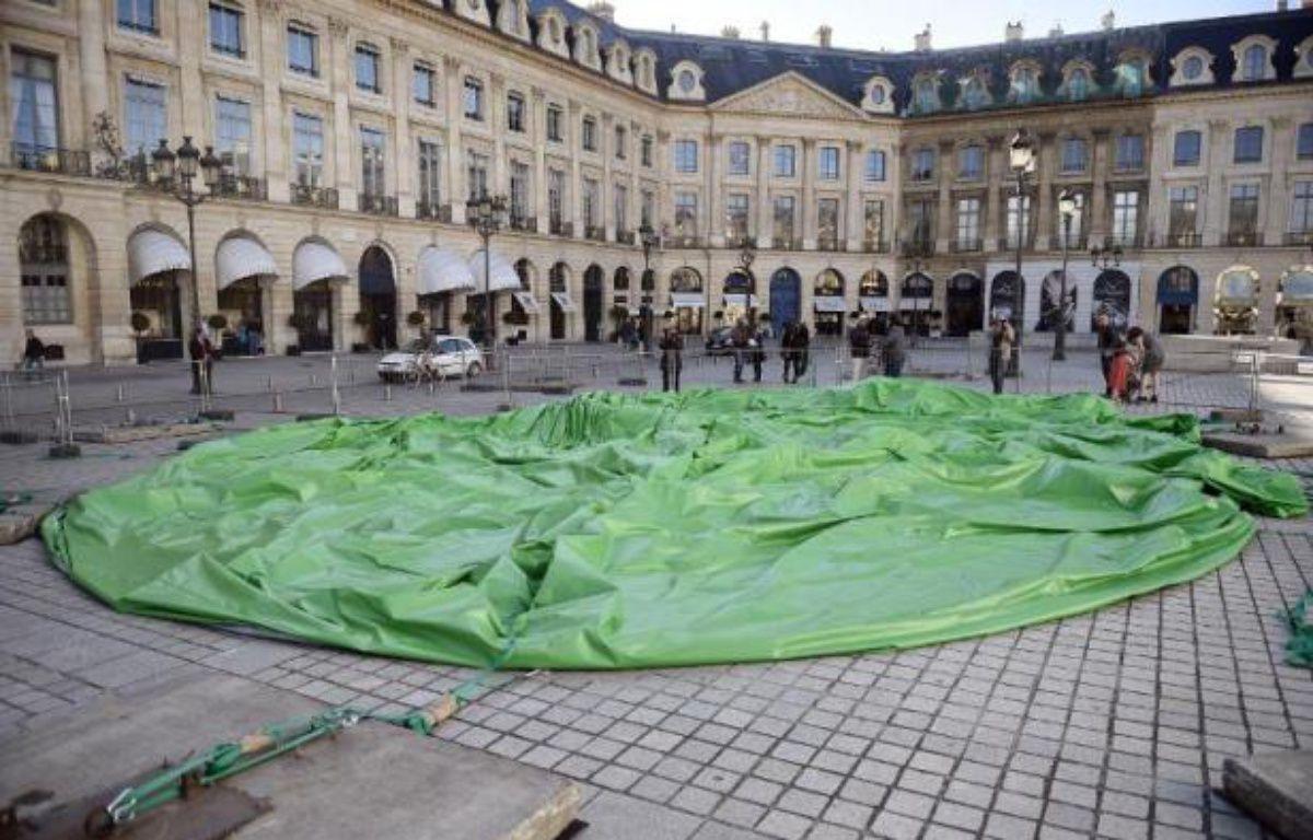 L'oeuvre de l'artiste américain Paul McCarthy à terre après avoir été dégonflée le 18 octobre 2014 place Vendôme à Paris – Martin Bureau AFP