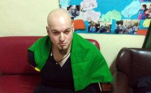 Luca Traini pris en photo, lors de son arrestation, par les policiers italiens. Il a été condamné à 12 ans de prison pour une fusillade raciste.
