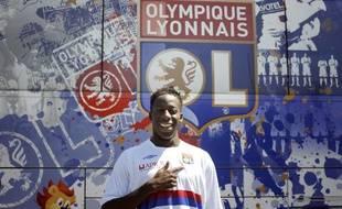 Le footballeur Aly Cissokho, lors de sa présentation officielle sous les couleurs de l'Olympique lyonnais, le 20 juillet 2009 à Lyon.