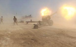 Les forces irakiennes font feu en direction des positions de Daesh dans le district de Garma, à l'ouest de la capitale irakienne Bagdad, le 20 avril. Les forces pro-gouvernementales affirment avoir progressé sur les zones détenues par les djihadistes islamistes.