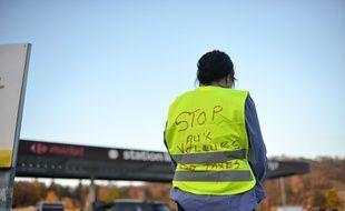 Une manifestante portant un gilet jaune à Bourgoin-Jallieu.