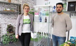 Eloïse Masselot et Anthony Salgado tienent une franchise à Annœullin, laquelle propose du cannabidiol.