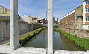 La rivière Sambre lors de son passage devant l'usine Tata Steel, à Louvroil, dans le Nord.