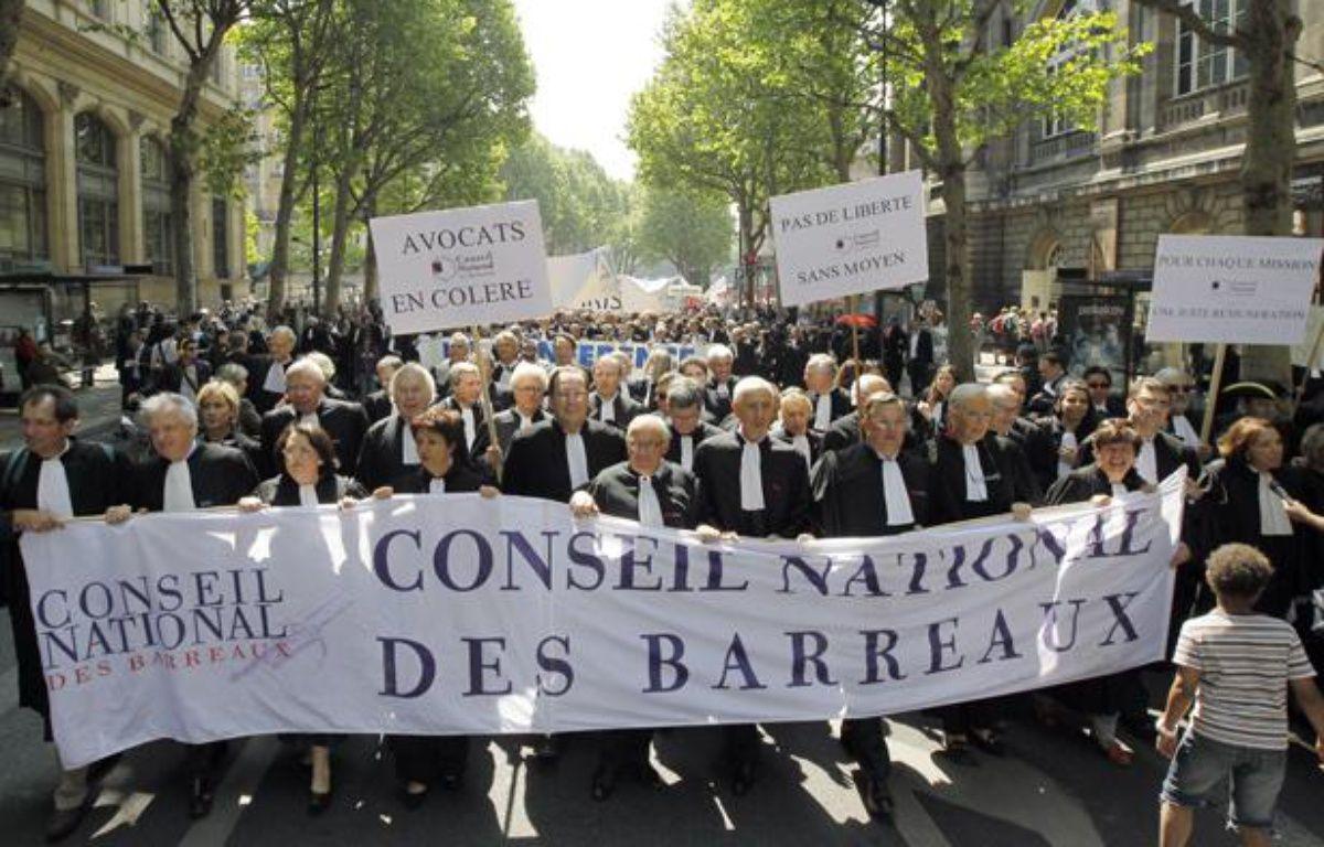 Des avocats manifestent à Paris pour une meilleure rémunération de le cadre de la réforme de la garde à vue, le 4 mai 2011. – AFP PHOTO/PATRICK KOVARIK