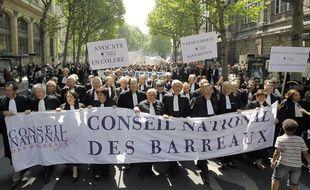 Des avocats manifestent à Paris pour une meilleure rémunération de le cadre de la réforme de la garde à vue, le 4 mai 2011.