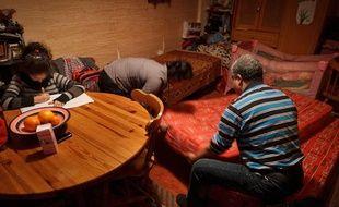 Portrait d'une famille d'origine tunisienne hébergée dans une pièce de 10 m2 avec 3 enfants, à Paris le 30 janvier 2013.