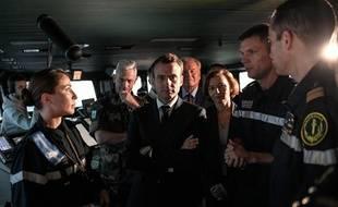 Emmanuel Macron et la ministre des Armées, Florence Parly, arrivent à bord du porte-avion Charles de Gaulle à Toulon, le 14 novembre 2018.