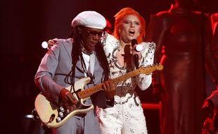 Nile Rodgers (à gauche) et Lady Gaga jouent un hommage à David Bowie lors des 58e Grammy Awards le 15 février 2016, à Los Angeles. (Photo Matt Sayles/Invision/AP)