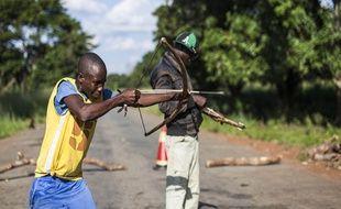 Un milicien anti-balaka à un checkpoint à 60 km de Bangui, la capitale, le 1er juin dernier.