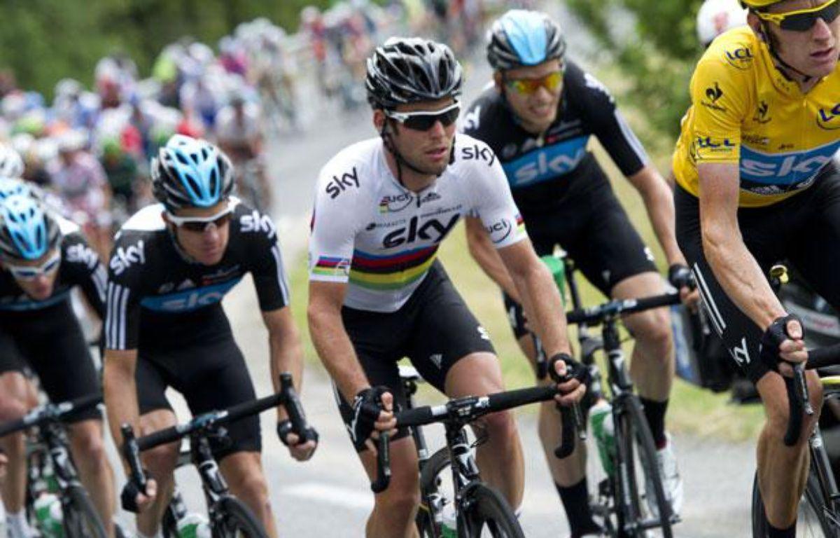 Le maillot jaune du Tour de France Bradley Wiggins devant le sprinteur de la Sky Mark Cavendish, le 20 juin 2012, à Brive. – JEFF PACHOUD / AFP