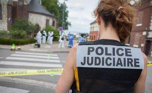 Une membre de la PJ lors d'une procédure à Saint-Etienne-du-Rouvray en 2016.