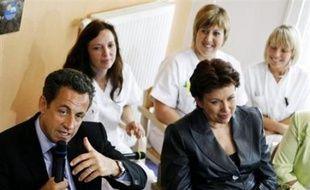 """Nicolas Sarkozy présente jeudi à Neufchâteau (Vosges) les grandes orientations de la réforme de l'hôpital, qui doit permettre une """"recomposition"""" du paysage hospitalier et faire des directeurs d'hôpitaux les """"patrons"""" de leurs établissements."""