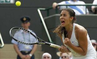 Marion Bartoli s'est qualifiée pour les quarts de finale de Wimbledon en éliminant la double tenante du titre Serena Williams, le 27 juin 2011.