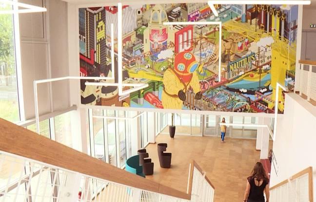 Une fresque habille le hall principal du bâtiment Mediacampus.