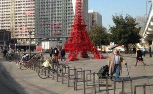 La Tour Eiffel en chaises de Bistrot présentée du 19 mars au 2 avril lors de Lyon City Design.