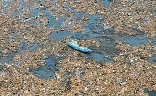 Les déchets liés au tsunami (archives) vont rejoindre la plaque du Pacifique.