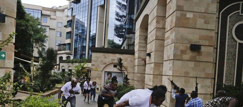 De nombreuses personnes tentent de se mettre à l'abri lors de l'attaque djihadiste contre un complexe hôtelier à Nairobi, le 15 janvier 2019.