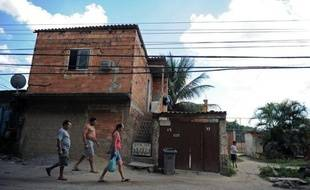 A Vila Autodromo, en bordure du lac de Jacarepagua à l'ouest de Rio, il n'y a ni trafiquants ni miliciens. Les 3.000 habitants de cette favela verdoyante dorment la porte ouverte mais ils vivent aujourd'hui sous la menace d'une expulsion en vue des JO de 2016.