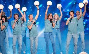 Une partie de la troupe des Enfoirés dans un tableau du spectacle de l'édition 2021.