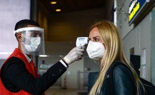 Contrôle de température à l'arrivée d'un vol à Roissy, le 12 juin 2020, pour détecter les cas possibles de coronavirus.