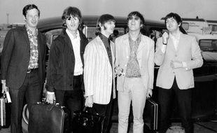 Le manager Brian Epstein (gauche) et les Beatles