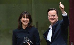 David Cameron et sa femme Samantha s'adressent à la foule en souriant le 8 mai 2015 devant le siège du parti conservateur à Londres