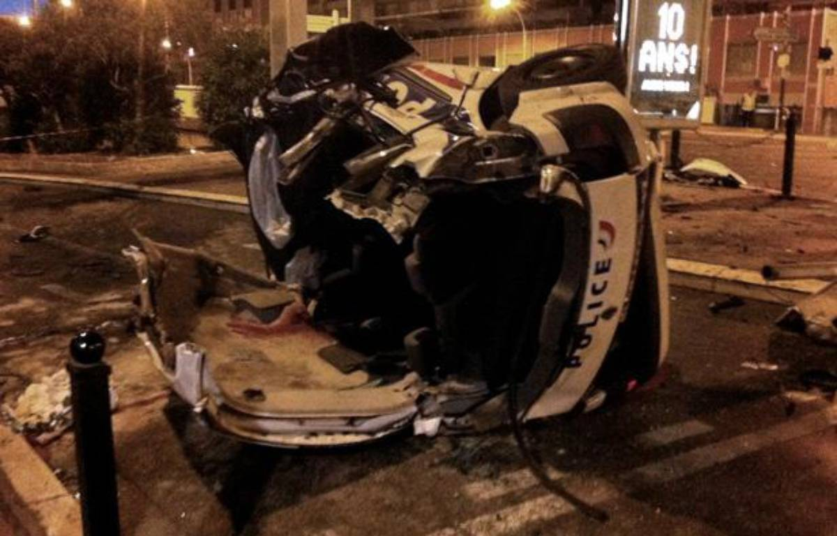Voiture de la police accidentée le 22 septembre 2012 à Cannes. – AFP PHOTO