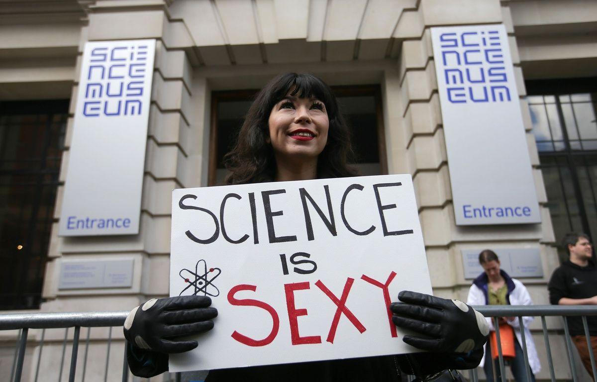 Une manifestante à Londres le 22 avril 2017 lors de la mobilisation pour défendre la recherche. – DANIEL LEAL-OLIVAS / AFP