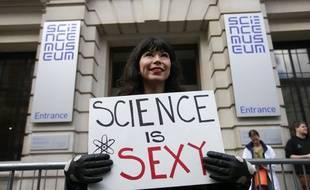 Une manifestante à Londres le 22 avril 2017 lors de la mobilisation pour défendre la recherche.