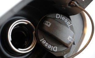 """Le ministre du Budget Bernard Cazeneuve a """"encouragé"""" vendredi le Comité pour la fiscalité écologique (CFE) à """"poursuivre sa réflexion"""" sur l'épineux dossier de la fiscalité du diesel et """"lui en faire part pour de prochaines échéances"""", a annoncé à l'AFP le ministère"""