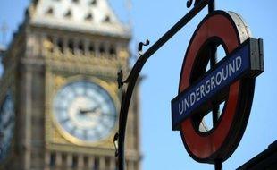 """Icône de Londres, abri pendant la Seconde Guerre mondiale, réseau assurant désormais le transport de 4 millions de passagers par jour malgré des pannes fréquentes, le """"tube"""", plus vieux métro du monde, fête cette semaine ses 150 ans."""