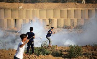 Des Palestiniens manifestent devant le mur qui sépare Gaza d'Israël le 26 juillet 2019