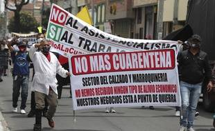 Des manifestants demandent la fin de la quarantaine afin de pouvoir travailler, à Bogota le 18 août 2020.
