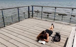 Un bon livre au bord de l'eau pour s'évader (illustration)